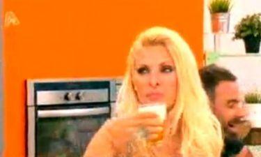Ελένη Μενεγάκη: Σε τρελά κέφια πίνει μπύρες στο πλατό!