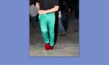 Έβαλε το πράσινο παντελόνι, τα κόκκινα παπούτσια και βουρ για… το θέατρο!