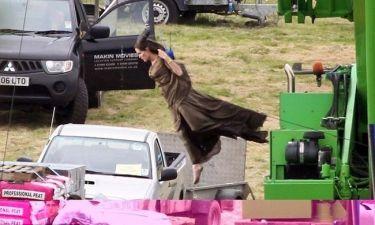 Η Angelina Jolie πετάει!