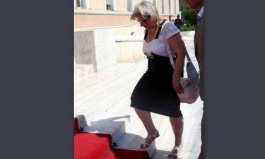 Ελένη Ζαρούλια: Έσπασε το τακούνι της κατά την είσοδό της στη Βουλή