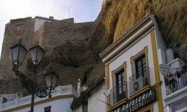 Πόλη κρυμμένη στο βράχο!