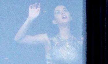 Η Katy Perry παίζει στο παράθυρο