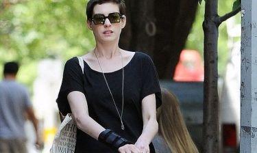Anne Hathaway: Έβγαλε το γύψο!