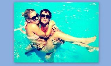 Τα κορίτσια κολυμπάνε μόνα ή δύο-δύο (φωτό)
