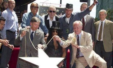 Ο Slash έλαβε το αστέρι του υπό το βλέμμα του Charlie Sheen