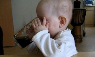Video: Επτά μηνών κοριτσάκι πίνει το αναψυκτικό του!