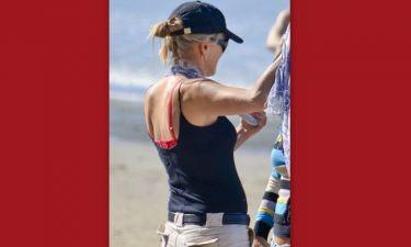 Ποια πασίγνωστη ηθοποιός πήγε στην παραλία με κόκκινο εσώρουχο;