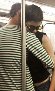 Ποια διάσημη ηθοποιός φιλιέται στο μετρό με τον σύντροφό της;