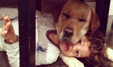 Μια αγκαλιά με τον σκύλο του ο γιος του…