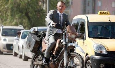 Ο Bond πήρε τη μοτοσικλέτα του