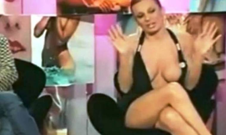 «Κέρασε» στήθος σε ζωντανή εκπομπή (video)