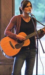 Keira Knightley: Παίζει κιθάρα και τραγουδάει