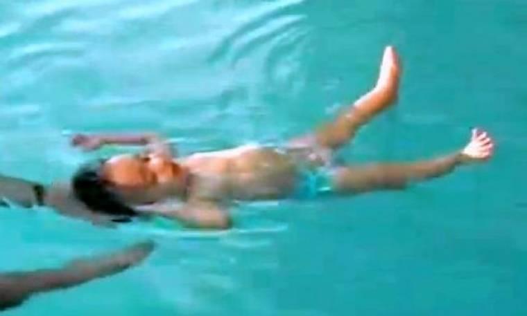 Βίντεο: Δείτε 8 μηνών μωρό να μαθαίνει πώς να επιπλέει στο νερό!