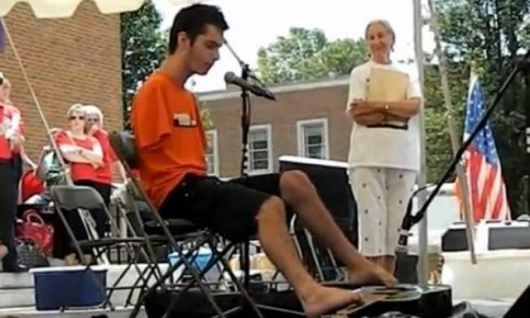 Εκπληκτικό: 18χρονος χωρίς χέρια παίζει κιθάρα με τα πόδια (vid)