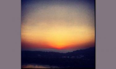Ποια τραγουδίστρια απολαμβάνει αυτό το «μαγευτικό» ηλιοβασίλεμα;