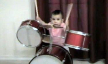 Βίντεο: Είναι μόλις ενός έτους και παίζει… ντραμς!