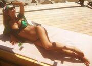 Ελληνίδα κάνει ηλιοθεραπεία και ανεβάζει φωτογραφίες στο facebook της!