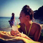 Ποια τραγουδίστρια απολαμβάνει το cocktail της στην παραλία;