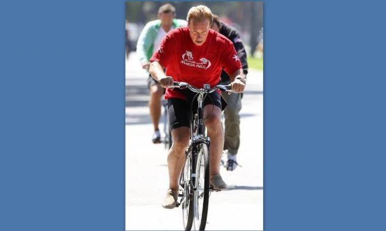 Arnold Schwarzenegger: Αγκομαχώντας πάνω στο ποδήλατο