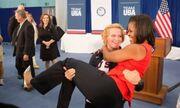Ποιος πήρε στα χέρια την Michelle Obama;