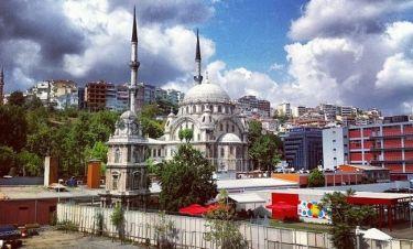 Ποιος παρουσιαστής βρίσκεται στην Κωνσταντινούπολη;