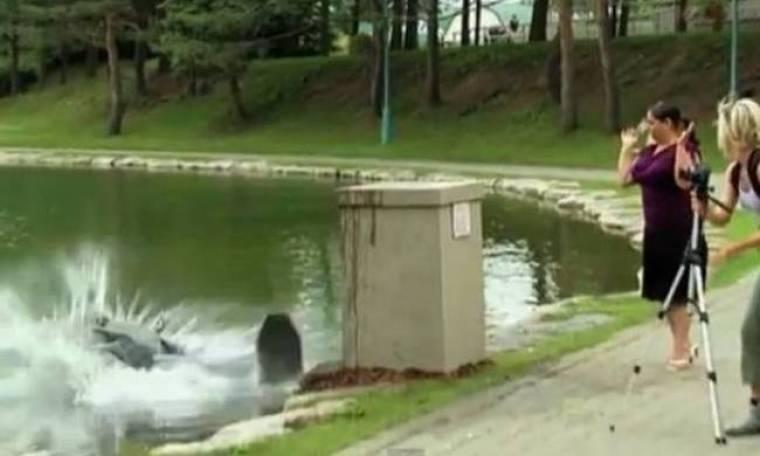 Απίστευτη φάρσα: Πρόσεχε, ρίχνεις το άγαλμα στη λίμνη! (vid)