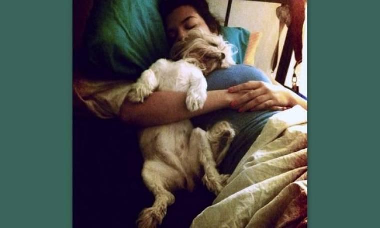 Ελληνίδα παρουσιάστρια κοιμάται με τον σκύλο της!