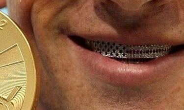 Ποιος Ολυμπιονίκης πόζαρε φορώντας μια αμερικανική διαμαντένια σημαία στα δόντια του;