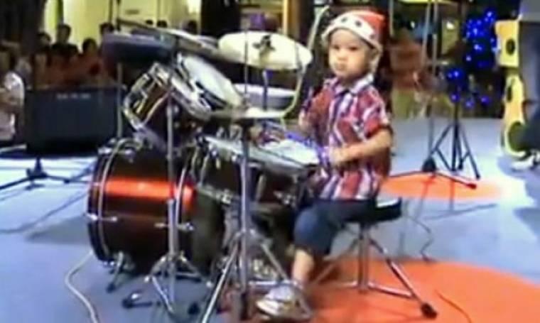 Βίντεο: 4χρονο αγοράκι παίζει στα ντραμς το «I hate myself for loving you» με απίστευτη μαεστρία