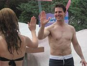 Tom Cruise: Στην πισίνα της Disneyland με τη Suri