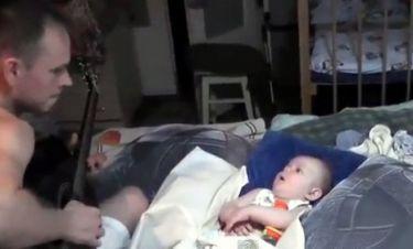 Βίντεο: Ο μπαμπάς παίζει κιθάρα και το μωρό κάνει… φωνητικά σε τραγούδι των Metallica!