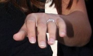 Ποια ηθοποιός μας δείχνει με νόημα το δαχτυλίδι της;