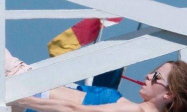 Η Έμα Γουάτσον κάνει ηλιοθεραπεία με τα εσώρουχά της