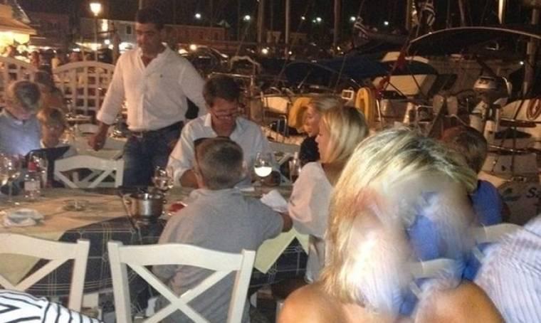 Παπαράτσι: Παύλος και Μαρί Σαντάλ με τα παιδιά στο Φισκάρδο!!! (Nassos blog)