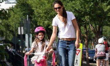 Η Suri Cruise μαθαίνει να κάνει ποδήλατο!