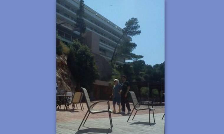 Παπαράτσι: Δείτε τον Γρηγόρη Κασιδόκωστα με τον φυσιοθεραπευτή του στην παραλία της Βουλιαγμένης! (Nassos blog)