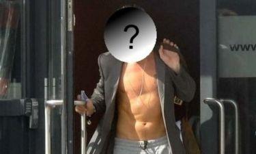 Ποιος σταρ του Hollywood κυκλοφορεί ημίγυμνος, με Calvin Klein σακάκι;