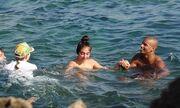 Πασίγνωστη τραγουδίστρια βούτηξε με τα ρούχα στη θάλασσα! (φωτό)