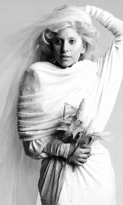 Η Lady Gaga ντύθηκε νυφούλα!