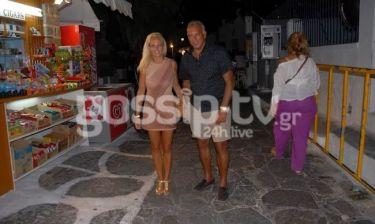 Νίκος Γκάλης: Βόλτα με την σύζυγό του στα σοκάκια της Μυκόνου