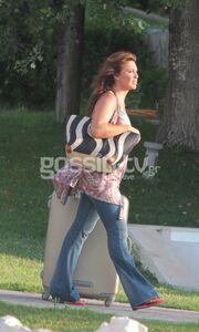 Βάνα Μπάρμπα: Αμακιγιάριστη βολτάρει στους δρόμους της Ρόδου!