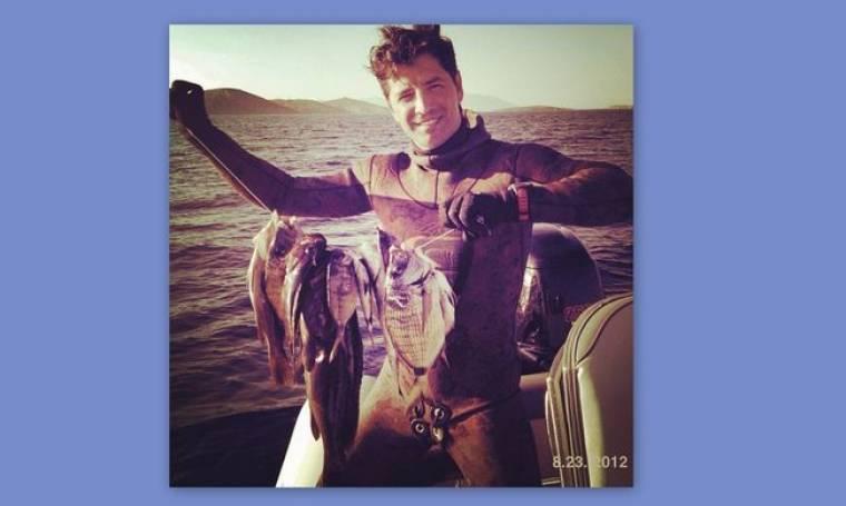 Ο Σάκης Ρουβάς και…  ψαράς!