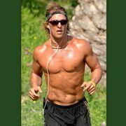 «Κόβει την ανάσα» με τους κοιλιακούς του ο… Matthew McConaughey