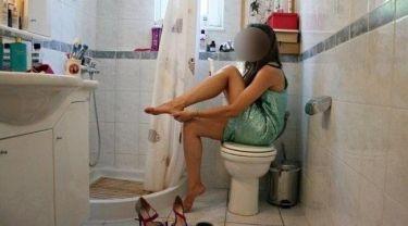 Ποια παρουσιάστρια ποζάρει στην… τουαλέτα;