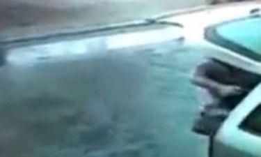 Video: Παραλίγο να τον χτυπήσει κεραυνός