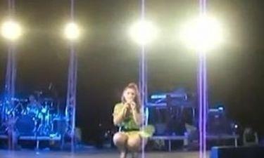 Έλενα Παπαρίζου: «Επεισόδιο» on stage- Της πέταξαν νερό ενώ τραγουδούσε