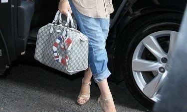 Ποια σταρ εκφράζει την αγάπη της για τον Gucci και τη βρετανική σημαία με αυτόν τον τρόπο;