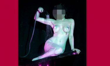 Μπάνιο επί σκηνής για την… (φωτό)