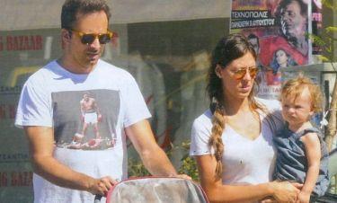 Λιανός – Ανδροτσάκη: Βόλτα με την κόρη τους στη Γλυφάδα