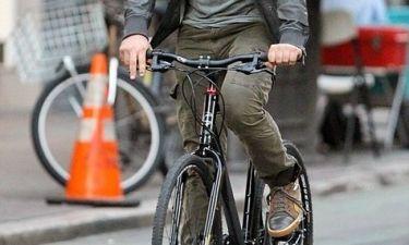 Άφησε τη μοτοσικλέτα και έπιασε το ποδήλατο!